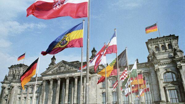 Флаги у рейхстага во время объединения ГДР и ФРГ