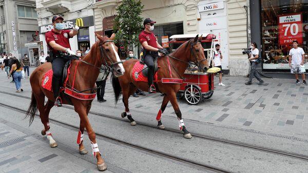 Сотрудники полиции на пешеходной улице Истикляль в Стамбуле, Турция