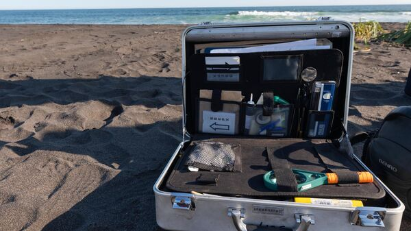Комплект эксперта-криминалиста на месте предполагаемого происшествия на Халактырском пляже на Камчатке