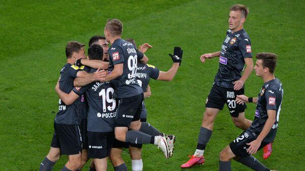 Футболисты ЦСКА радуются забитому мячу