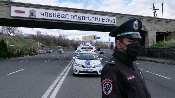 Сотрудник военной полиции на дежурстве в Армении