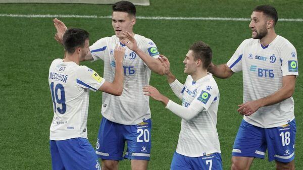 Футболисты Динамо радуются забитому мячу Вячеслава Грулёва