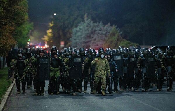 Сотрудники правоохранительных органов во время акции протеста в Бишкеке