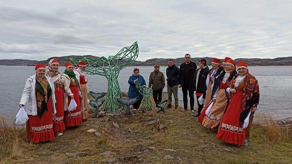 Арт-объект в виде двух китовых хвостов из стали в Териберке