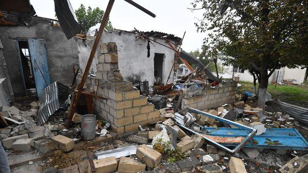 Дом, пострадавший от обстрела, в азербайджанском селе Сарыджалы Агджабединского района