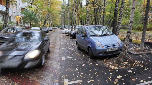 Автомобильная парковка в одном из московских дворов