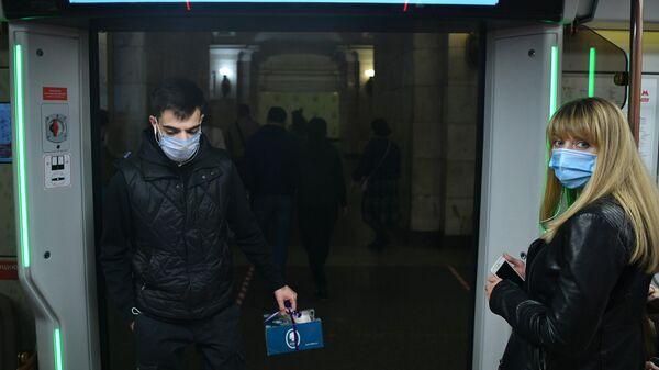 Пассажиры в вагоне поезда московского метро