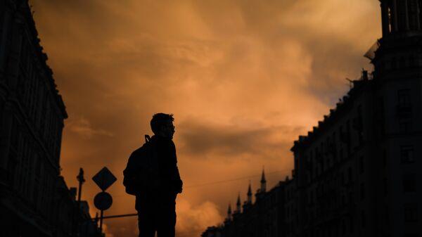 Молодой человек на улице города