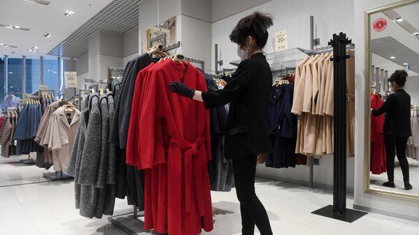 Сотрудница магазина Снежная Королева во время подготовки к открытию ТЦ Океания в Москве