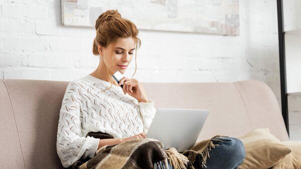 Девушка делает онлайн-покупки