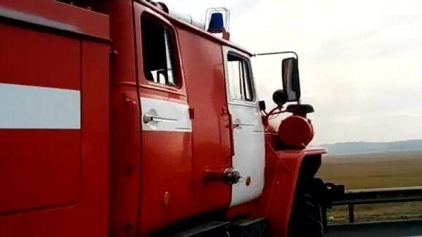 Пожарная машина недалеко от места взрывов на бывших военных складах в Рязанской области. Скриншот видео
