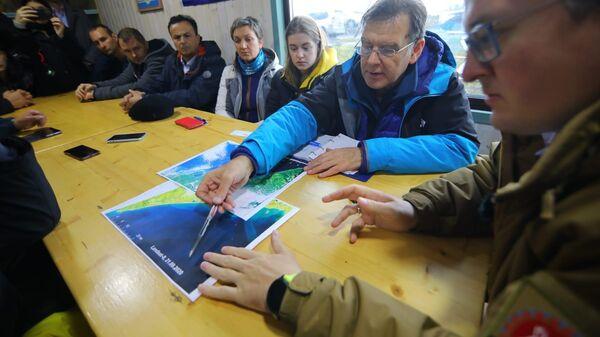 Ученые ДВФУ во время исследования акватории в районе Халактырского пляжа