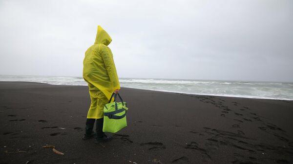 Ученый Дальневосточного федерального университета на Халактырском пляже