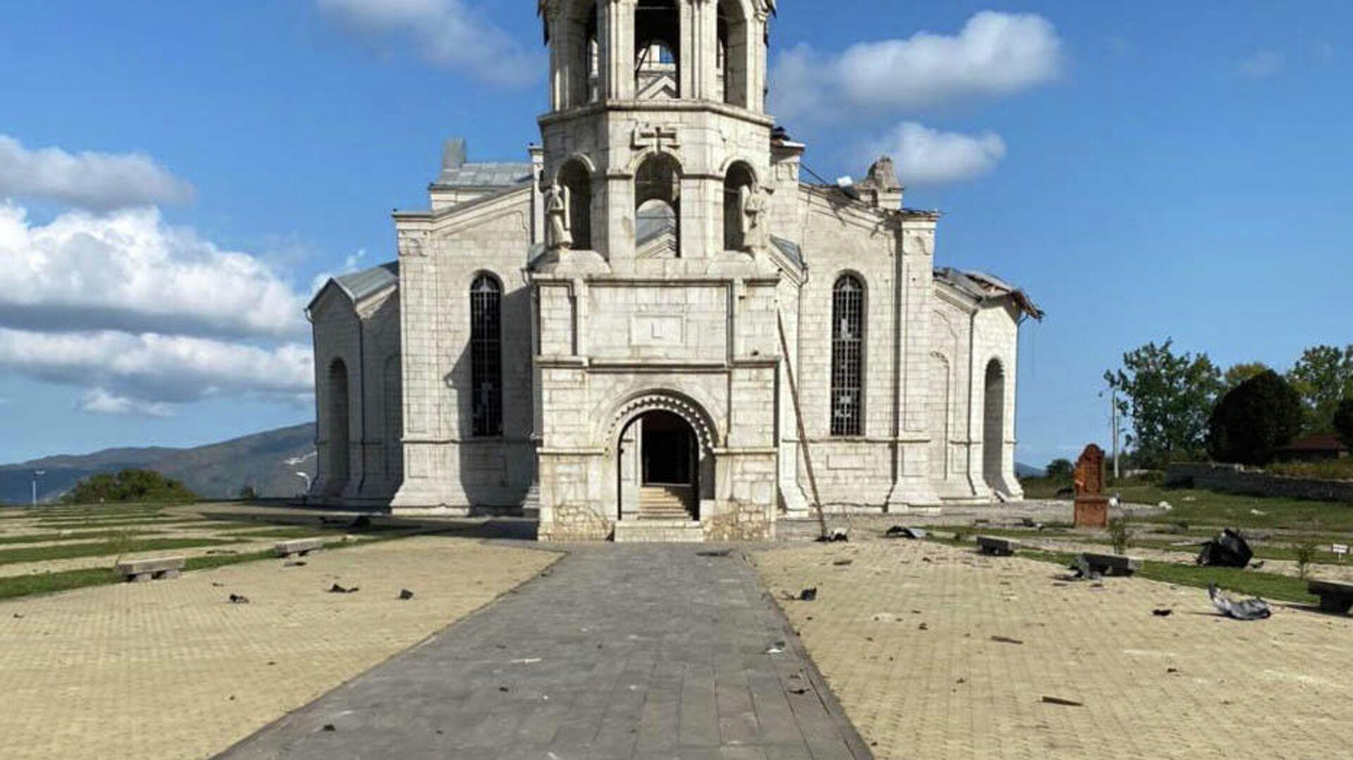 Попавший под обстрел собор Христа Всеспасителя в карабахском Шуши  - РИА Новости, 1920, 14.11.2020