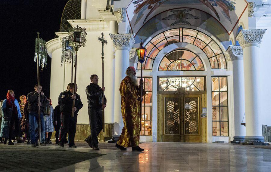 Крестный ход во время пасхальной службы в храме-маяке Святого Николая Чудотворца в селе Малореченском