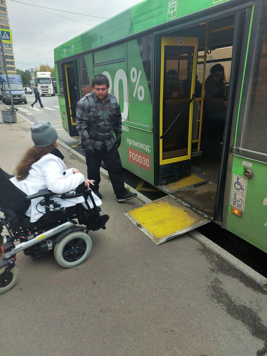 Маша заезжает в автобус в Санкт-Петербурге