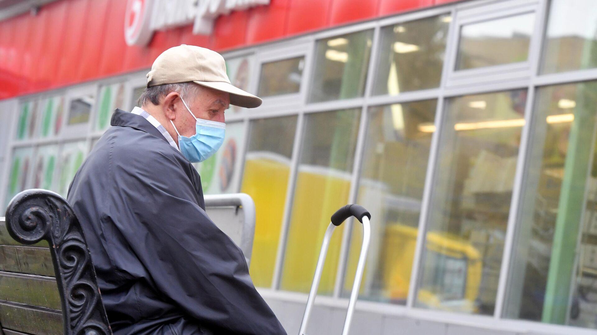 Пенсионер в медицинской маске около магазина Пятерочка - РИА Новости, 1920, 27.10.2020