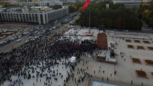 Сторонники Алмазбека Атамбаева и Омурбека Бабанова принимают участие в митинге в их поддержку у памятника Манасу в Бишкеке