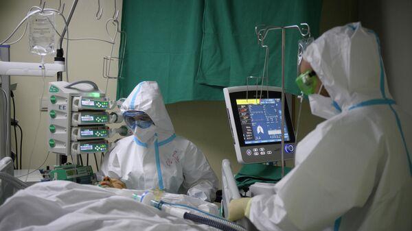 Медицинские работники оказывают помощь пациенту с COVID-19 в городской клинической больнице № 52 в Москве