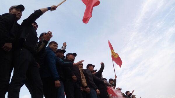 Участники митинга на площади Ала-Тоо в Бишкеке