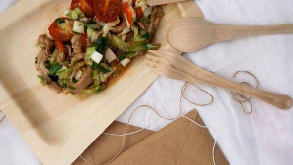 Экологически чистая посуда, изготовленная вологодской компанией по созданию одноразовой деревянной эко-посуды