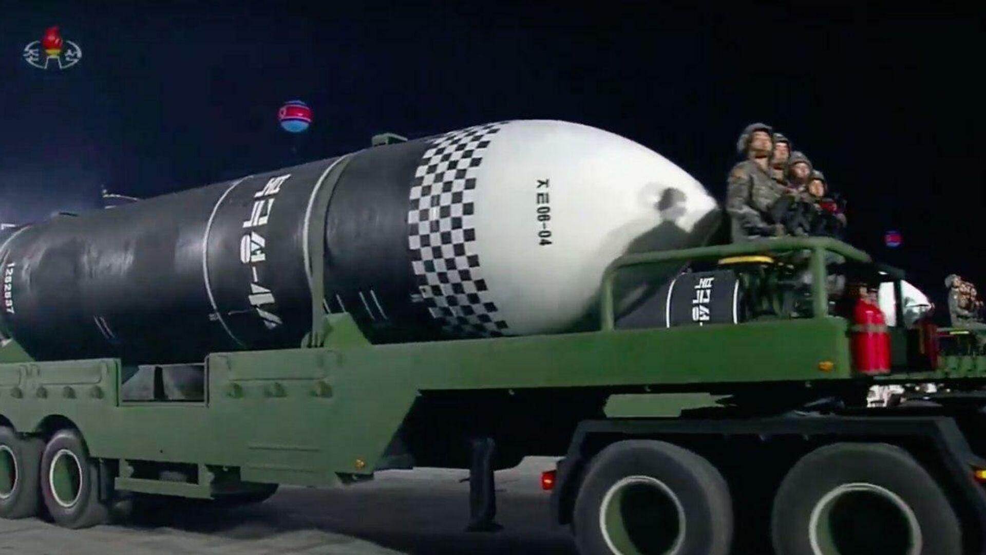 Новая баллистическая ракета Пуккыксон 4-А во время парада в Пхеньяне, КНДР. Стоп-кадр трансляции - РИА Новости, 1920, 10.10.2020