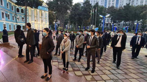 Люди стоят в очереди на избирательный участок в Таджикский государственный медицинский университет в Душанбе на выборах президента Таджикистана
