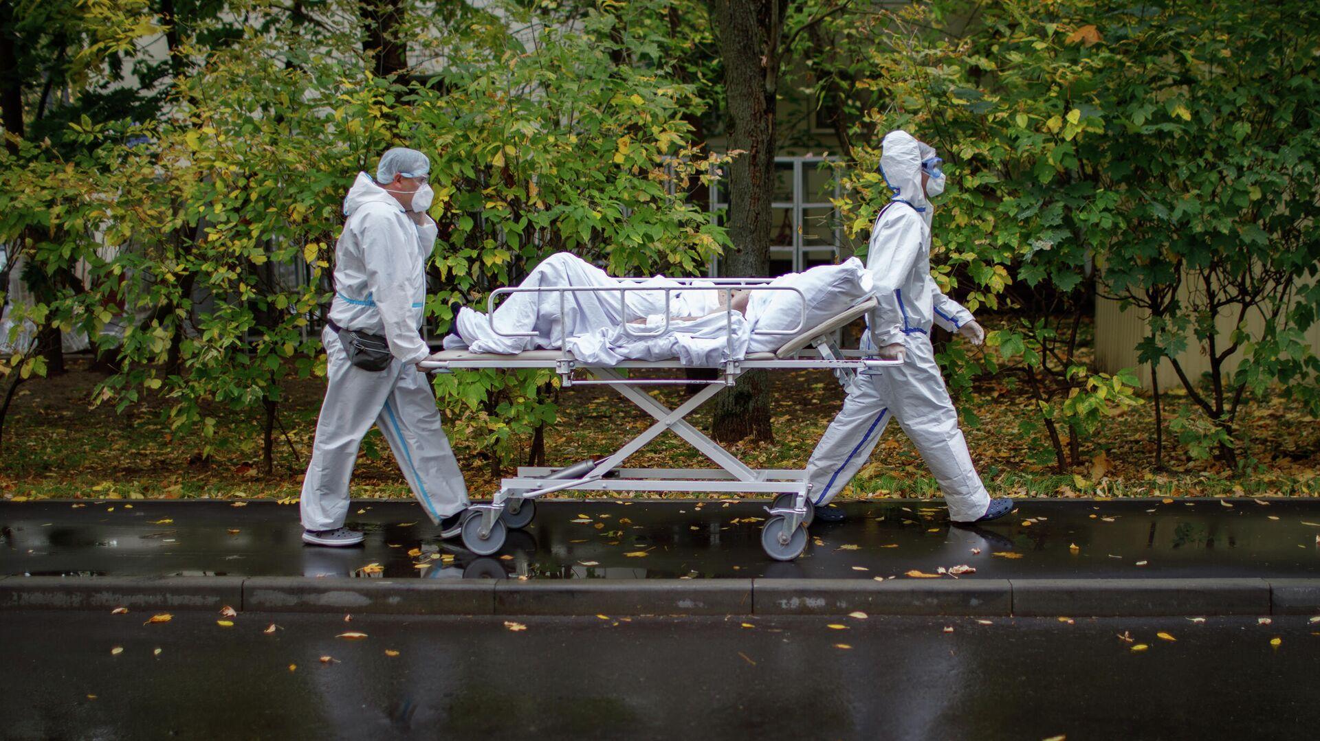 Медицинские работники оказывают помощь пациенту с COVID-19 в городской клинической больнице № 52 - РИА Новости, 1920, 13.10.2020