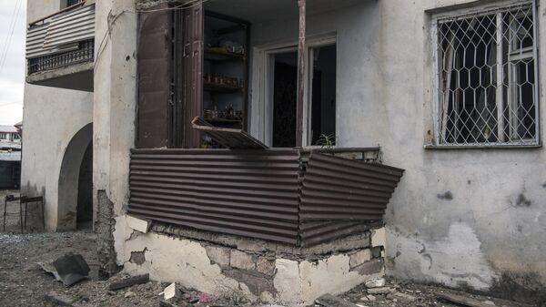 Жилой дом , пострадавший в результате обстрелов Степанакерта в Нагорном Карабахе