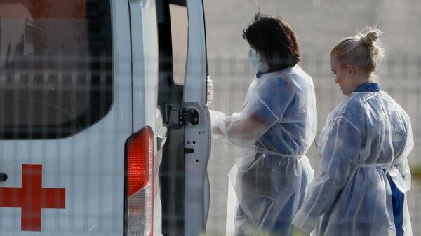 Врачи бригады скорой медицинской помощи, которая доставила пациента в карантинный центр в Коммунарке