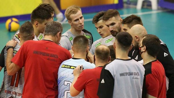 Волейболисты команды АСК с тренерским штабом