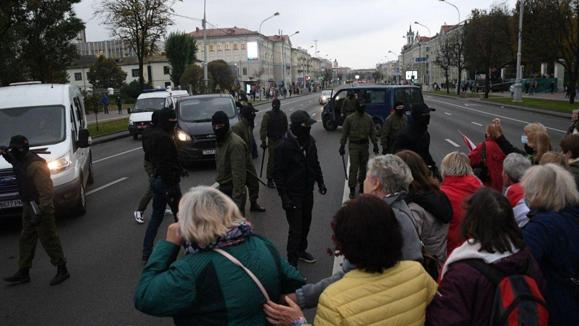Колонна протестующих на проспекте Независимости в Минске - РИА Новости, 1920, 18.10.2020