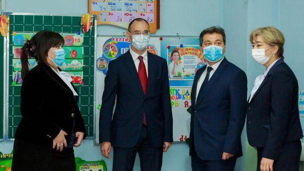 Первый заместитель Министра просвещения РФ Дмитрий Глушко вместе с делегацией во время посещения школы в Ташкенте
