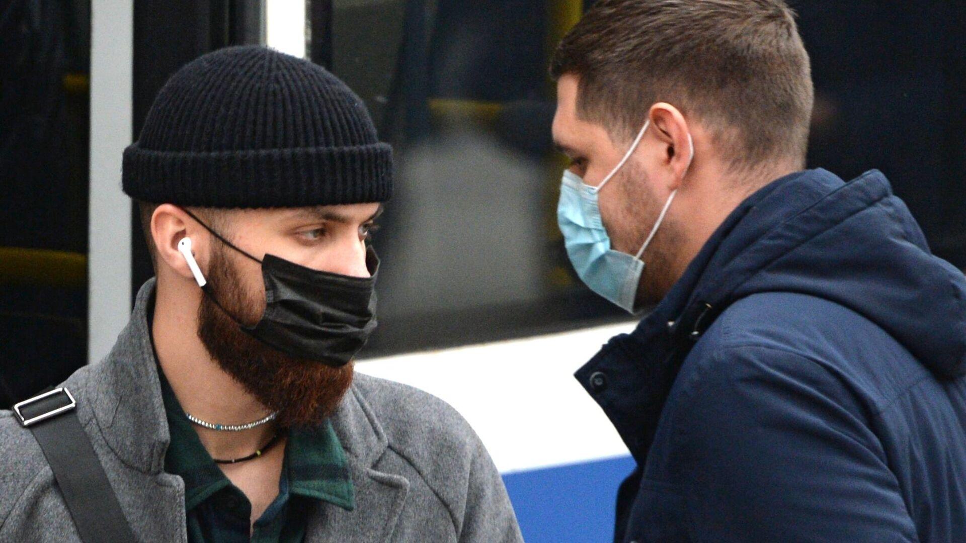 Молодые люди в защитных масках на остановке общественного транспорта в Екатеринбурге - РИА Новости, 1920, 18.10.2020