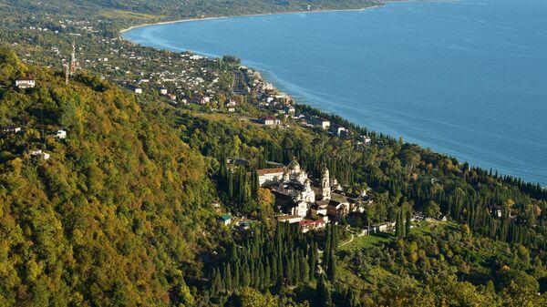 Вид на Ново-Афонский Симоно-Кананитский монастырь в Новом Афоне на побережье Черного моря