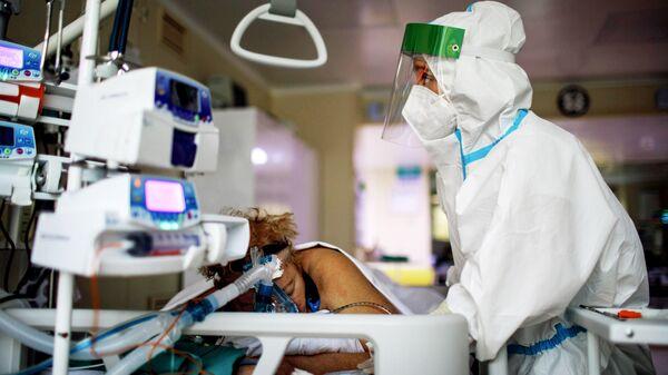 Медицинский работник в отделении реанимации и интенсивной терапии городской клинической больнице № 52