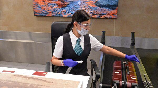 Сотрудница проводит регистрацию пассажиров и багажа в международном аэропорту имени Дмитрия Хворостовского в Красноярске