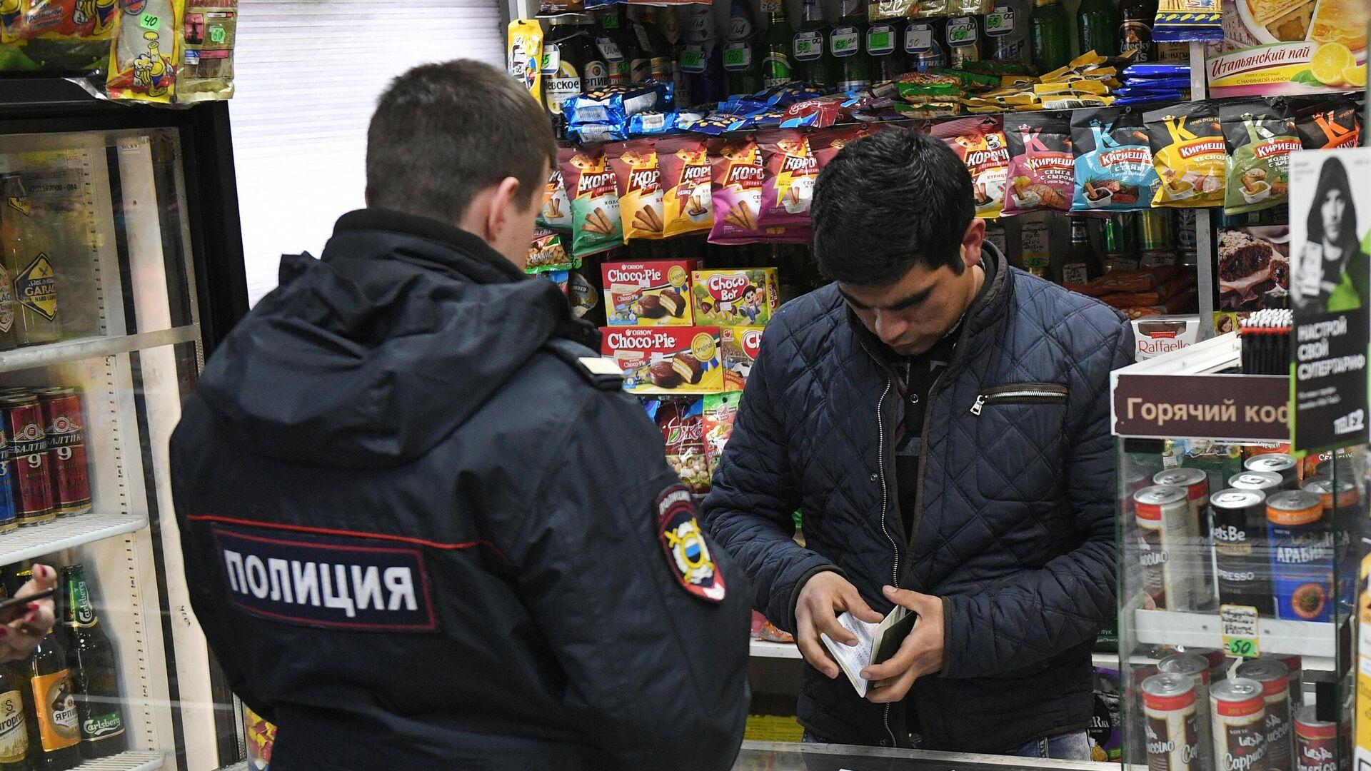 Сотрудник полиции в одном из московских продуктовых магазинов во время рейда по выявлению точек продажи контрафактной продукции - РИА Новости, 1920, 14.10.2020