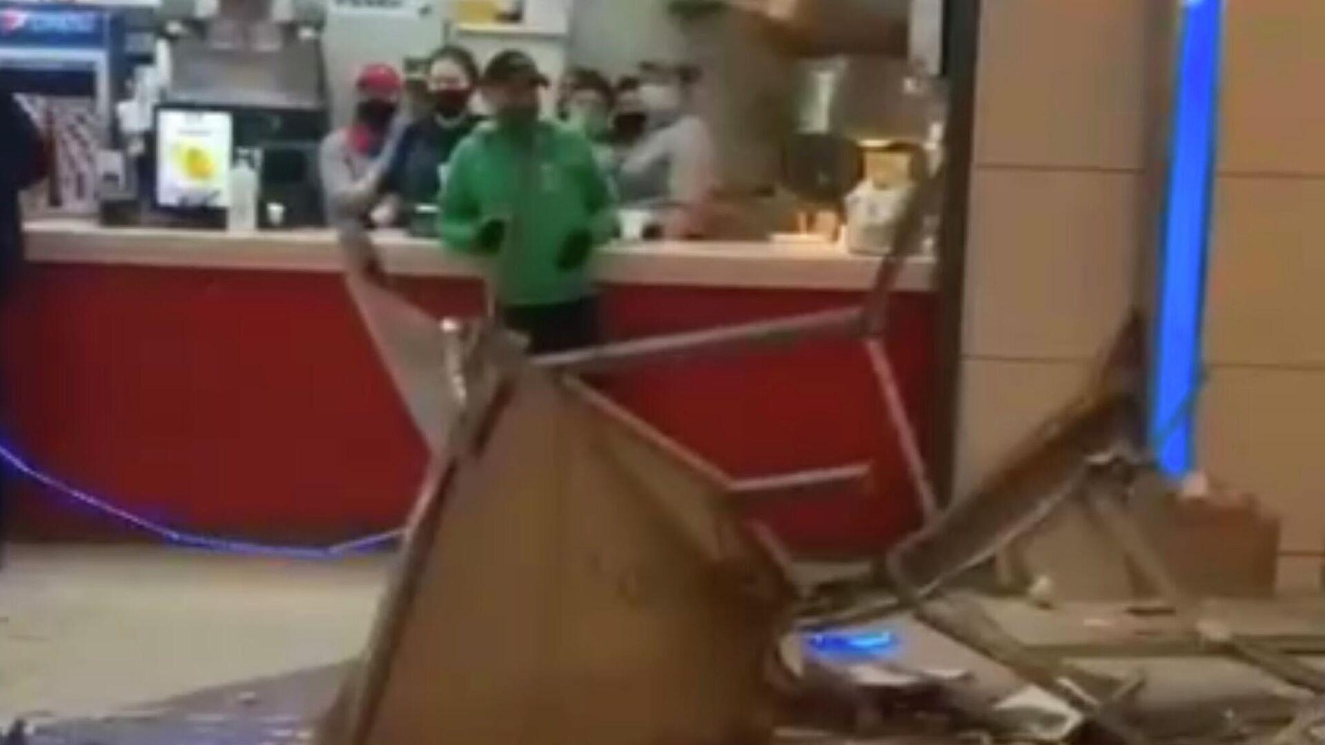 В московском торговом центре обрушился потолок