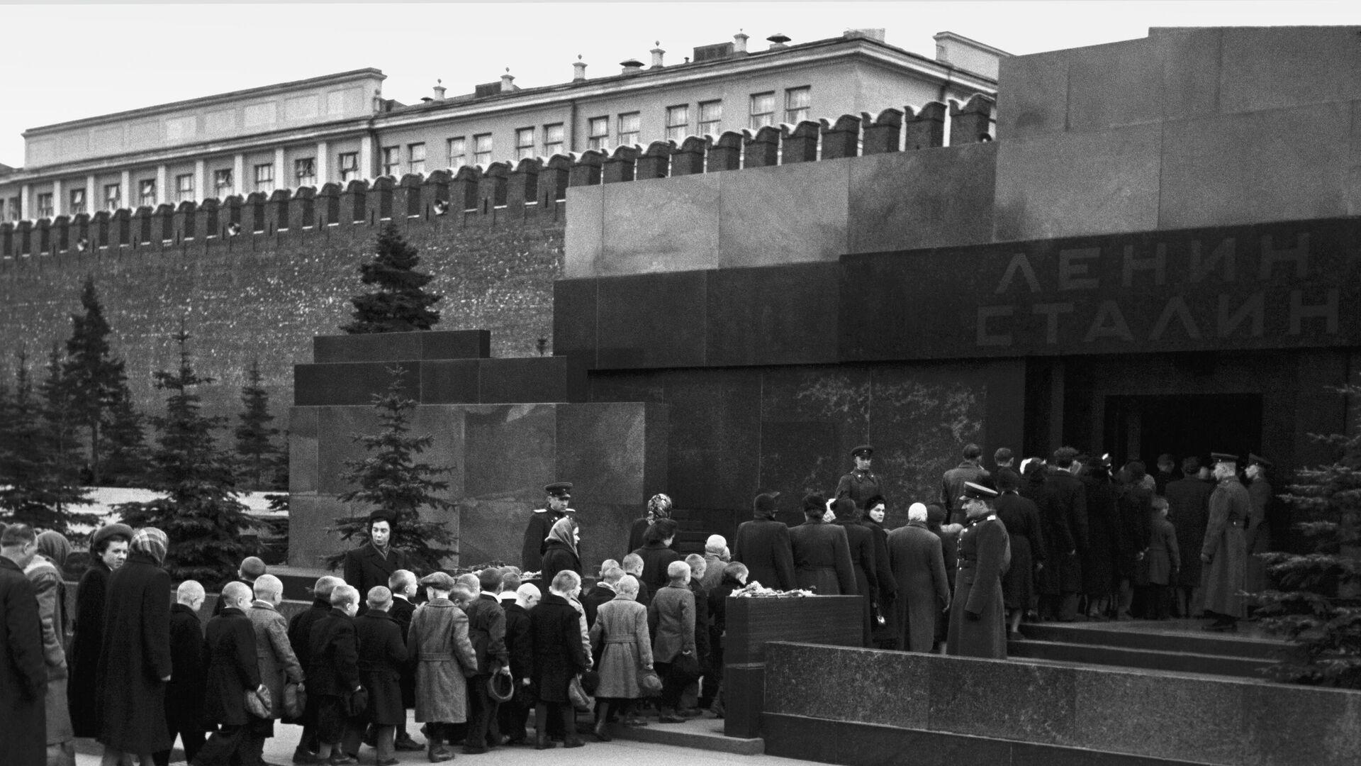 Очередь в Мавзолей В.И.Ленина и И.В.Сталина на Красной площади в Москве. 1957 год. - РИА Новости, 1920, 31.10.2020