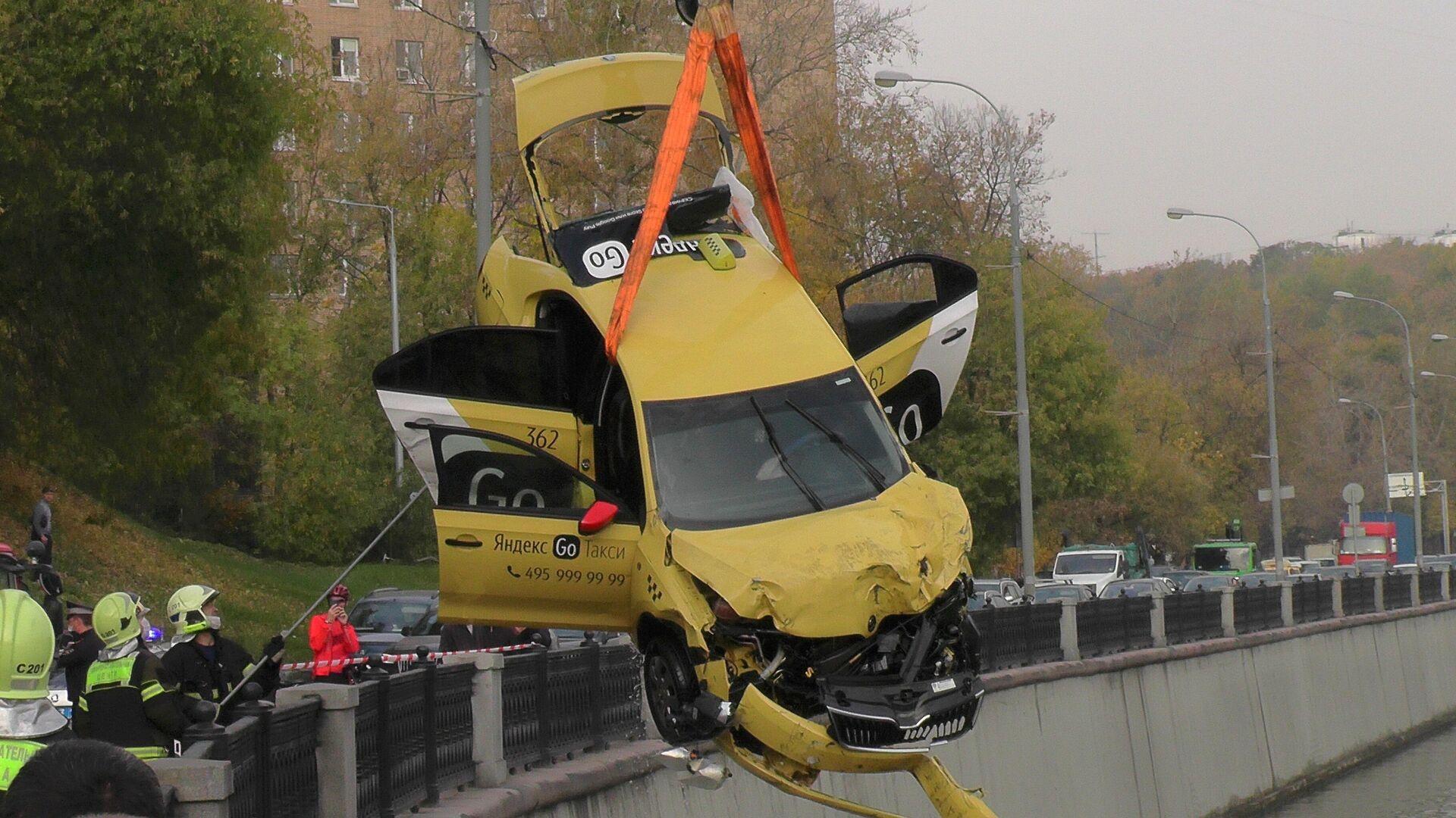 Водитель упавшего в реку в Москве такси провел за рулем больше 12 часов -  РИА Новости, 15.10.2020