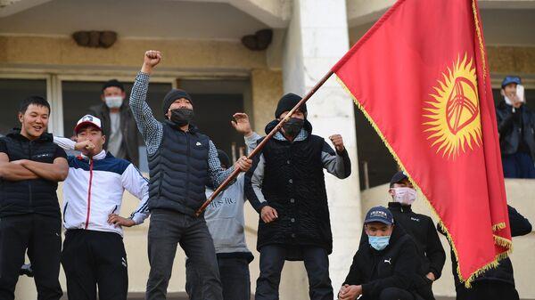 Сторонники премьер-министра Садыра Жапарова на митинге у гостиницы Иссык-Куль в Бишкеке