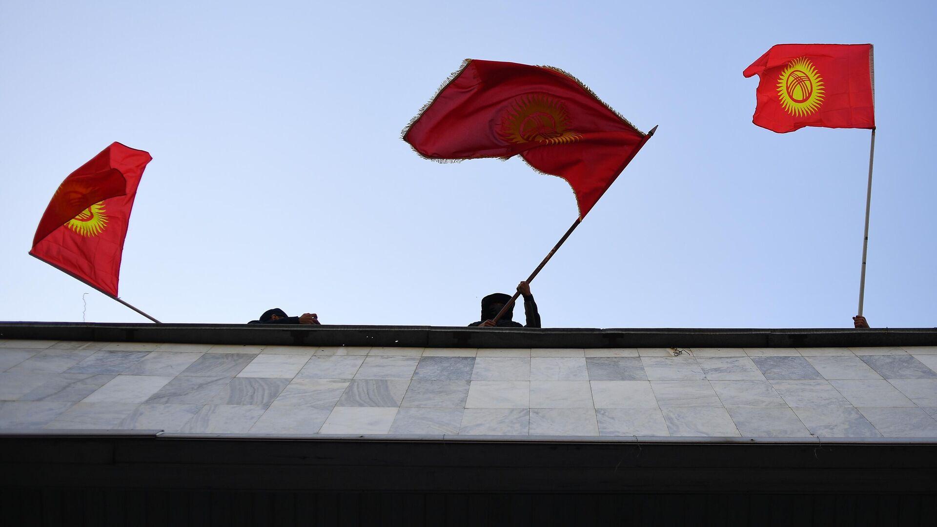 Сторонники премьер-министра Садыра Жапарова на митинге у гостиницы Иссык-Куль в Бишкеке - РИА Новости, 1920, 21.10.2020