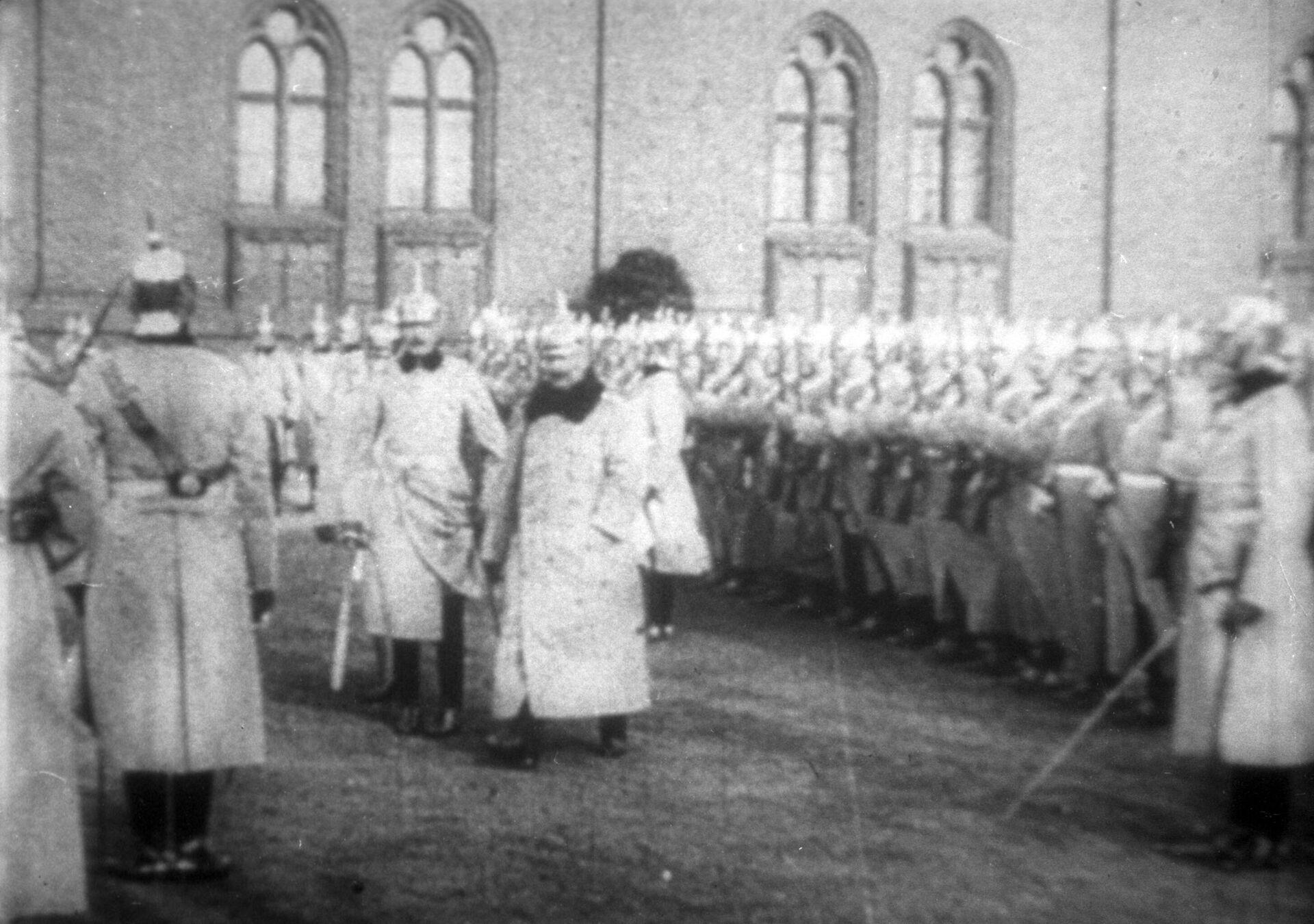 Германский император Вильгельм (в центре) принимает парад войск.  - РИА Новости, 1920, 15.10.2020