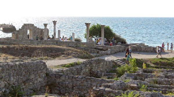 Туристы в национальном музее-заповеднике Херсонес Таврический в Крыму