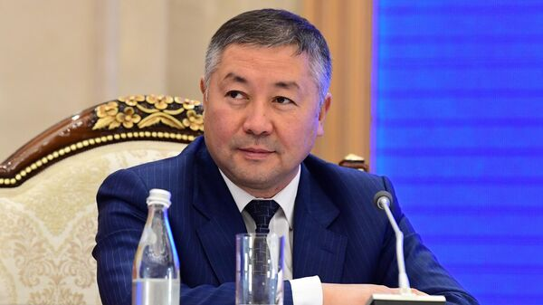 Спикер парламента Канат Исаев на внеочередном заседании парламента в Бишкеке