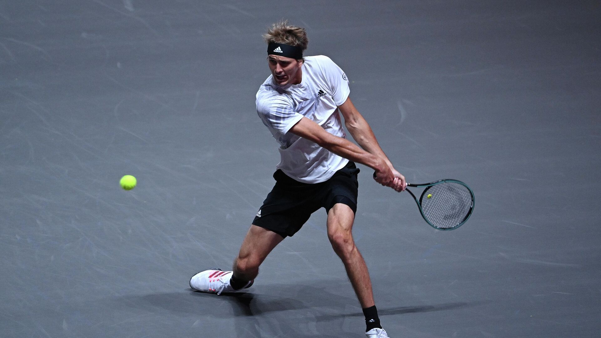 Germany's Alexander Zverev returns a ball to Spain's Fernando Verdasco during the men's tennis tournament of the 'Bett1Hulks Indoors' at the Lanxess Arena in Cologne, western Germany, on October 15, 2020. (Photo by Ina FASSBENDER / AFP) - РИА Новости, 1920, 16.10.2020