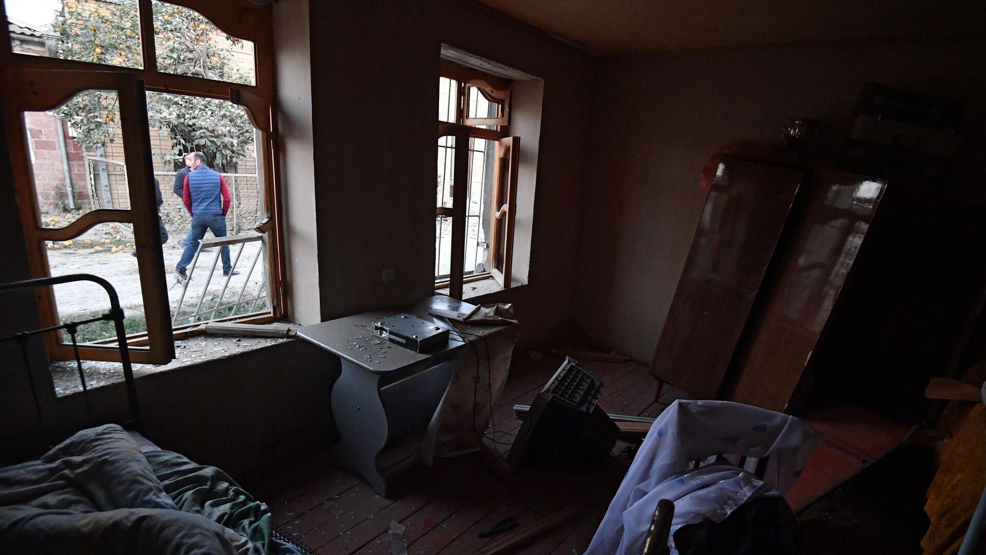 Дом, поврежденный в результате ракетного обстрела города Гянджа - РИА Новости, 1920, 17.10.2020