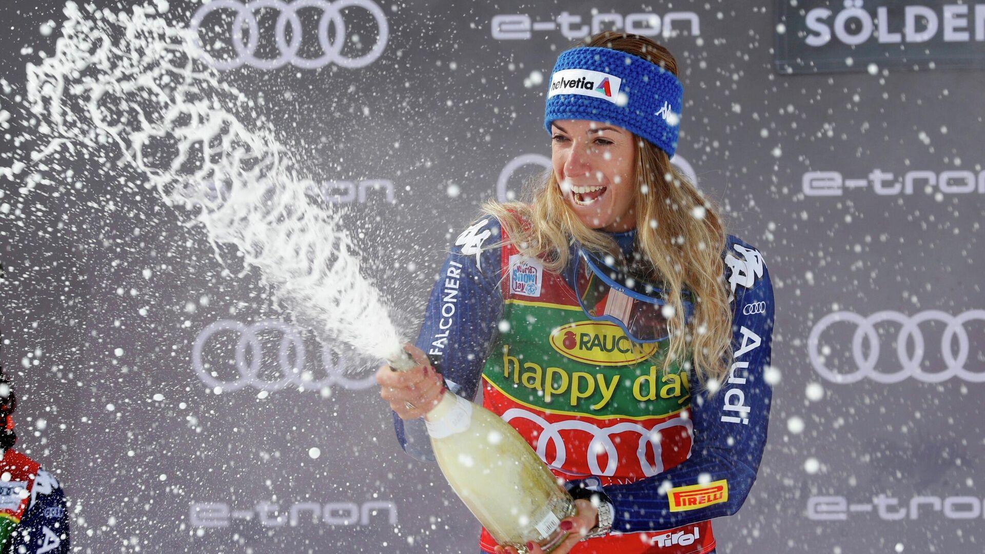 Alpine Skiing - FIS Ski World Cup - Soelden - Women's Giant Slalom - Soelden, Austria - October 17, 2020 Italy's Marta Bassino celebrates on the podium with sparkling wine after winning the event REUTERS/Leonhard Foeger - РИА Новости, 1920, 17.10.2020