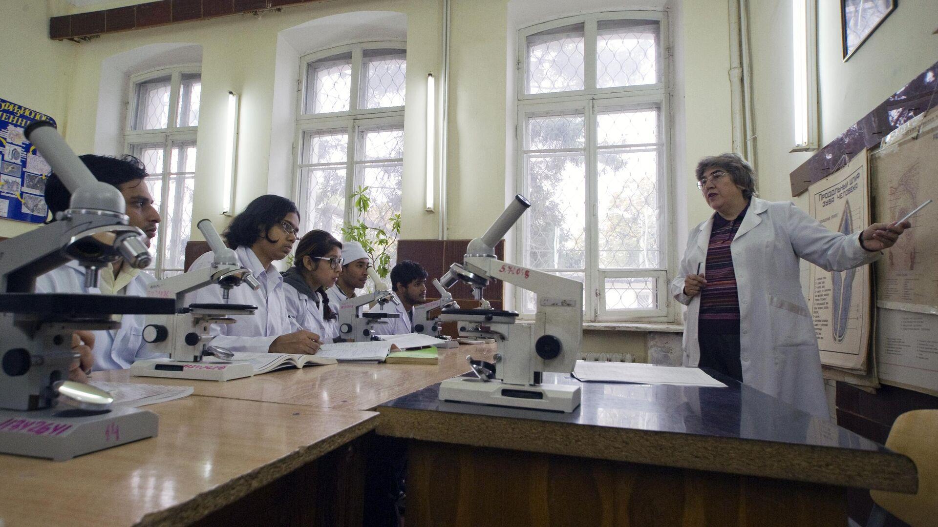 Студенты на занятиях в медицинской академии - РИА Новости, 1920, 21.10.2020